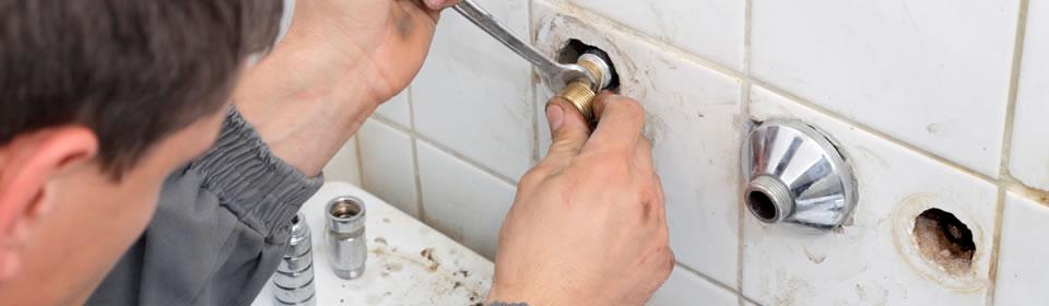 loodgieter bezig in badkamer